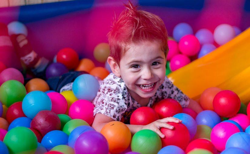 Мальчик в детском развлекательном центре