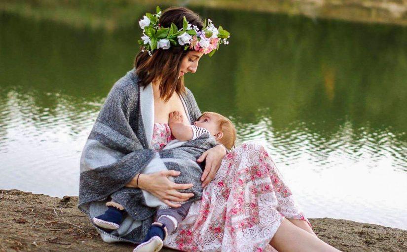 Кормящая мама с малышом в современном городе
