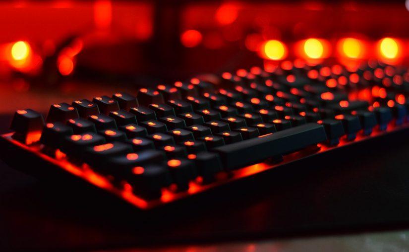 Клавиатура компьютера с красной демонической подсветкой