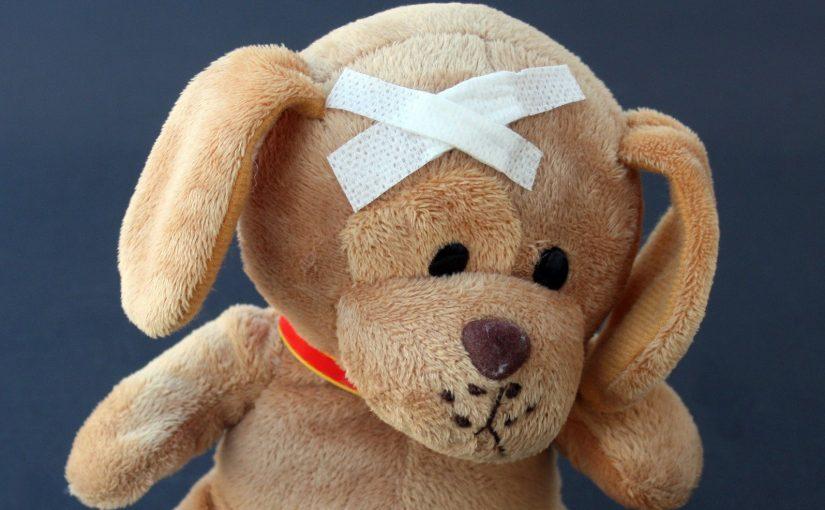 Игрушечный мишка с лейкопластырем на голове