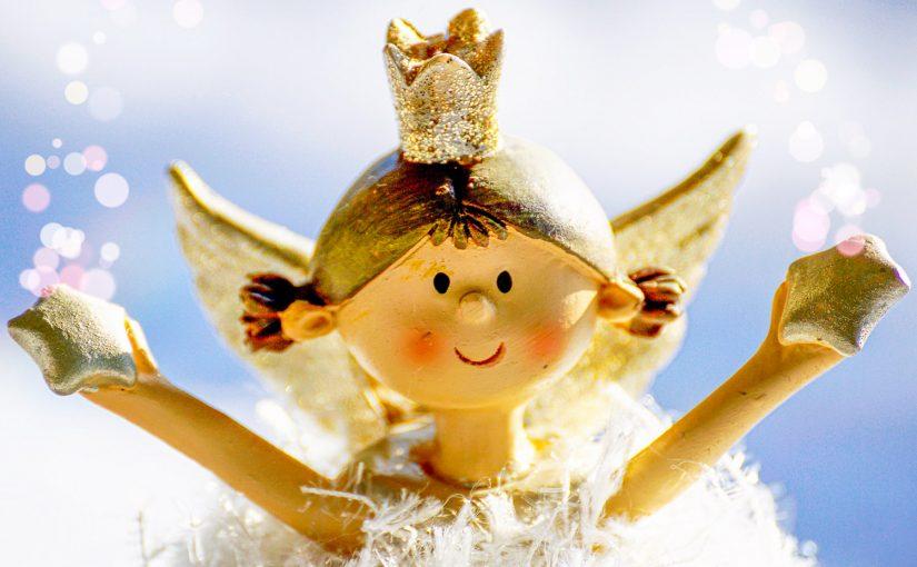 Куколка с короной на голове
