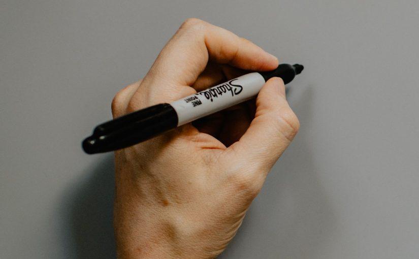 Человек пишет левой рукой